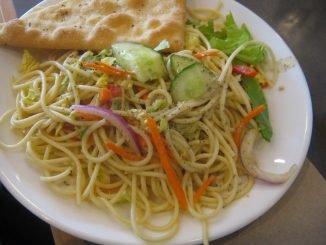 plato ensalada tallarines