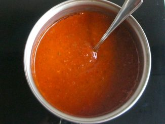 cacerola con salsa de tomate